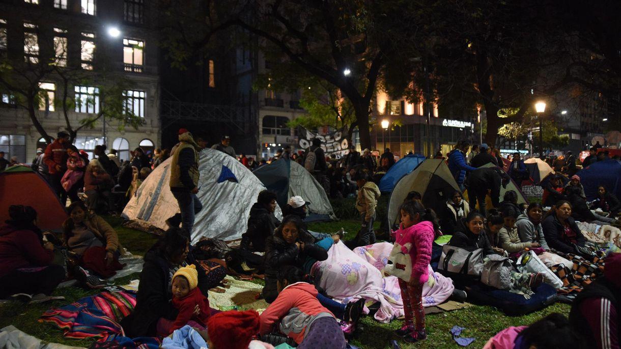 Manifestantes acampan frente al edificio del Ministerio de Desarrollo Social (Fotos: Franco Fafasuli)