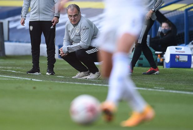 Marcelo Bielsa sumó su primer triunfo al frente del Leeds en la Premier League (Foto: Reuters)