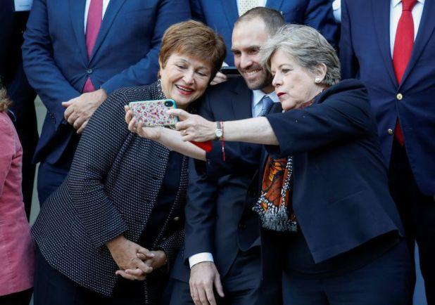 La secretaria ejecutiva de la CEPAL, Alicia Bárcena, saca una foto con su celular a la directora gerente del Fondo Monetario Internacional (FMI),  Kristalina Georgieva, y al ministro de Economía Martín Guzmán, durante una conferencia en el Vaticano.