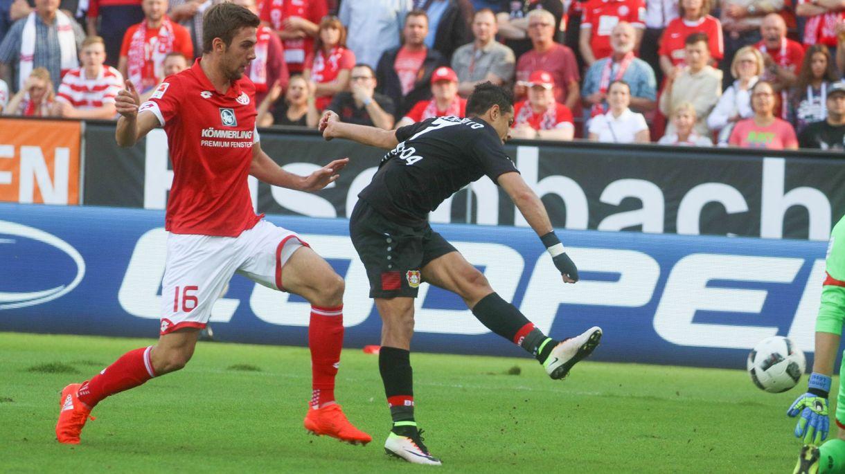 Desde su traspaso al Bayer Leverkusen, Hernández se ha devaluado por más de USD 10 millones (AP)