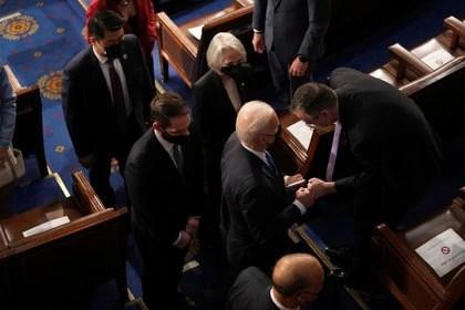 El presidente de los Estados Unidos, Joe Biden, saluda a los legisladores después de pronunciar un discurso en una sesión conjunta del Congreso en la cámara de la Cámara de Representantes del Capitolio de los Estados Unidos en Washington. Doug Mills/Pool via REUTERS
