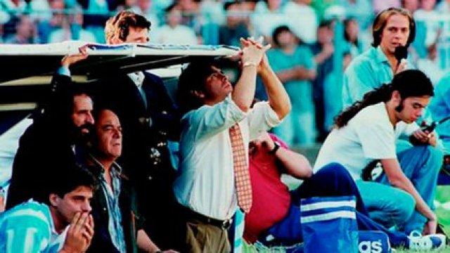 Maradona mira el cielo en el banco de Racing, cuando integraba la dupla técnica con Carlos Fren (a la izquierda, de barba).
