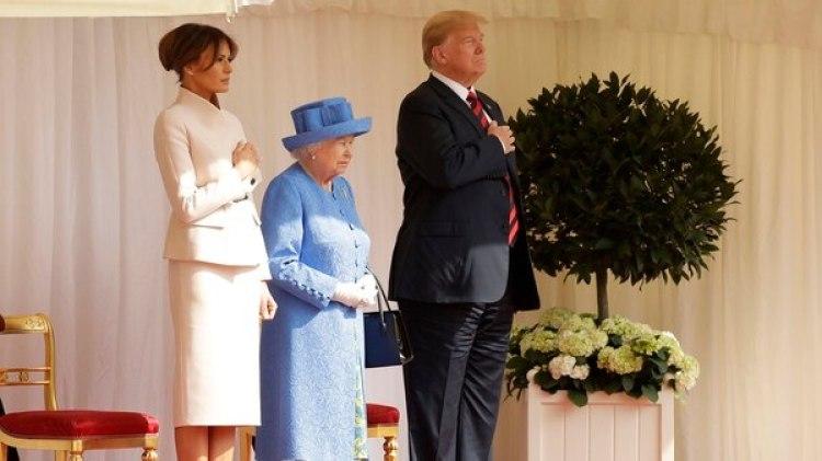 Trump, Melania y la reina escuchando los himnos (AP Photo/Matt Dunham, Pool)