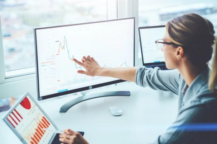 Largos períodos de tiempo frente a la pantalla pueden cansar los ojos y causar dolores de cabeza (Shutterstock)