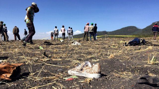 La gente camina en la escena del accidente aéreo del vuelo ET 302 de Ethiopian Airlines, cerca de la ciudad de Bishoftu, al sureste de Addis Abeba, Etiopía, 10 de marzo de 2019. (REUTERS )