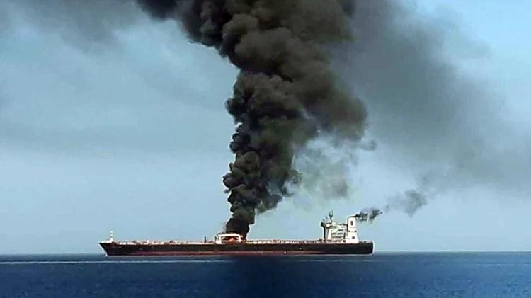 Las tripulaciones de dos petroleros fueron evacuadas frente a las costas de Irán después de que fueran atacadas y se incendiaran en el Golfo de Omán (Foto de HO / IRIB TV / AFP)