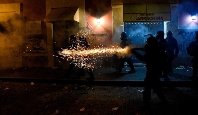 La policía dispara gases lacrimógenos en el quinto día de protestas contra Rosselló (Reuters)