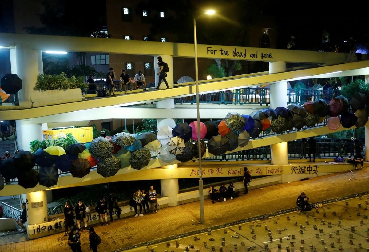 Hong Kong enfrenta su cuarto día de carreteras cortadas y gas lacrimógeno