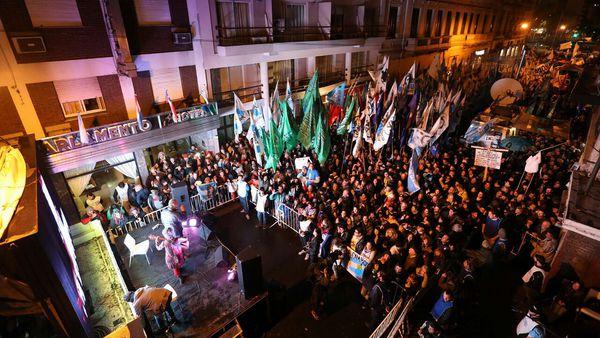 Cientos de militantes llegaron al Instituto Patria para seguir de cerca la entrevista a CFK