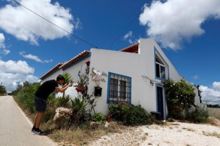 Un reportero toma una foto de la casa donde vivía el sospechoso cuando Madeleine McCann desapareció en 2007 (REUTERS/Rafael Marchante)