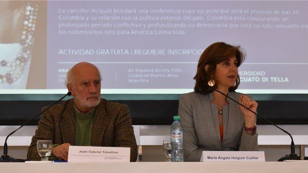 La canciller colombiana junto a Juan Gabriel Tokatlian, profesor de la Universidad Torcuato Di Tella y moderador de la conferencia (Prensa UTDT)