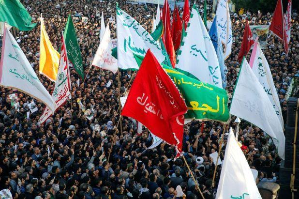 La gente asiste a una procesión fúnebre por el General de División iraní Qassem Soleimani, jefe de la fuerza de élite Quds, y el comandante de la milicia iraquí Abu Mahdi al-Muhandis, que murieron en un ataque aéreo en el aeropuerto de Bagdad, en Ahvaz, Irán, el 5 de enero de 2020. Hossein Mersadi/Fars news agency/WANA (West Asia News Agency) via REUTERS
