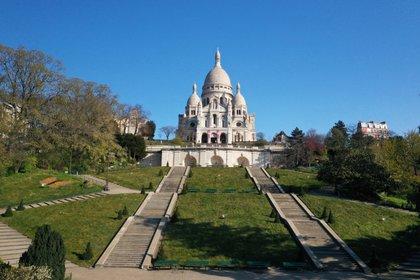 Una foto del 2 de abril de 2020 muestra la básilica de Sacre-Coeur, en Paris, desértica tras las restricciones impuestas en el marco de la pandemia (REUTERS/Pascal Rossignol/File Photo)