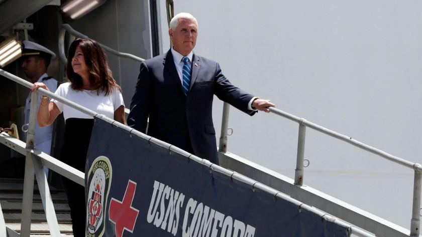 Mike Pence visitó este martes el USNS Comfort (AP)