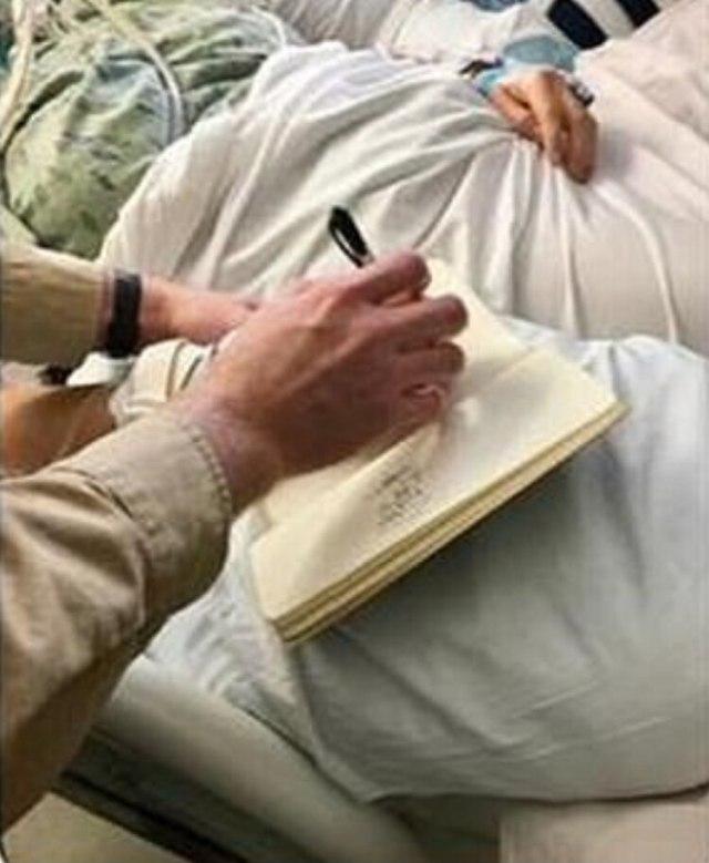 """Tina escribió en el papel """"Es real"""", y miró hacia arriba para referirse al cielo (Foto: Facebook)"""