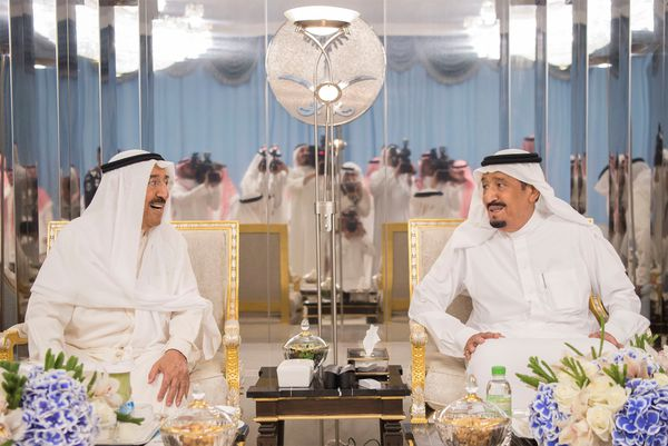 El emir de Kuwait reunido con el rey de Arabia Saudita, impulsor del bloqueo contra Qatar (Reuters)
