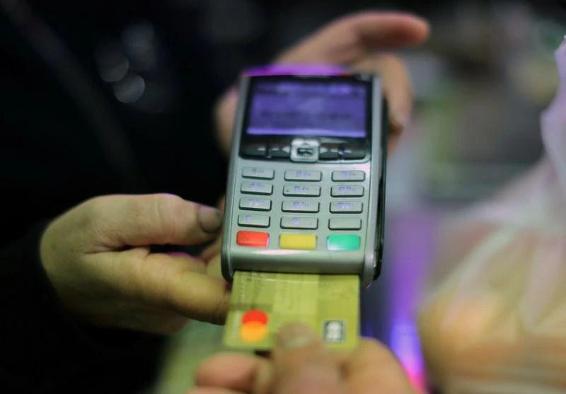 Un comprador usa su tarjeta de crédito para pagar sus compras en un supermercado (Foto: REUTERS/Eric Gaillard)