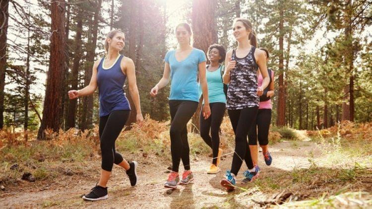 Caminar es una buena actividad física, pero la cifra de 10.000 pasos es arbitraria. (iStock)