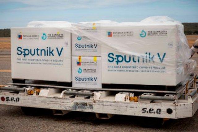 Vista, el 13 de febrero de 2021, de las cajas con las primeras vacunas Sputnik V en el Aeropuerto Internacional de Maiquetía (Venezuela). EFE/ Rayner Peña R