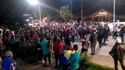 Al menos un centenar de vecinos y turistas de Villa La Angostura se presentaron en la puerta de una Comisaría para reclamar Justicia por el femicidio de Guadalupe