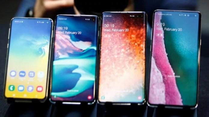 El Samsung Galaxy S10 un móvil pura pantalla, donde la cámara frontal se aloja en un pequeño orificio dentro del display (Reuters/Henry Nicholls)