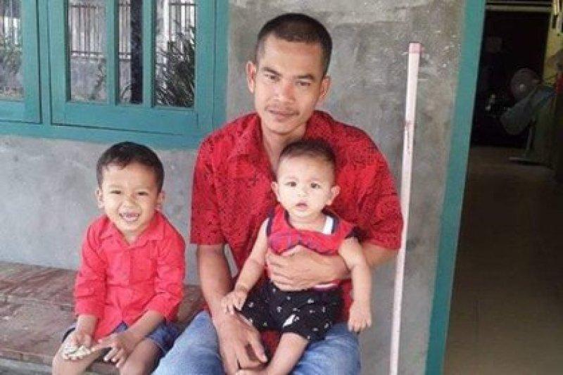 Josua Hutagalung con sus dos hijos. Foto Facebook.