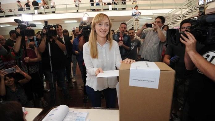 Anabel Fernández Sagasti votó en una escuela de Godoy Cruz