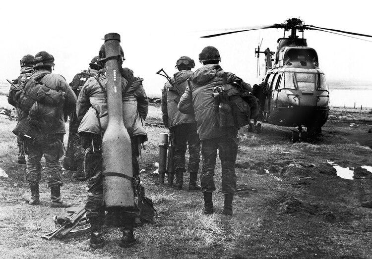 Es mayo de 1982, apenas unos días antes del desembarco inglés en el estrecho de San Carlos. Una unidad de comandos de la Compañía 601, al mando del mayor Mario Castagneto, aborda un helicóptero para controlar los alrededores del estrecho. Uno de los comandos carga en su espalda un misil tierra-aire Blow Pipe con el que fueron derribados varios aviones y helicópteros ingleses (Eduardo Farré)
