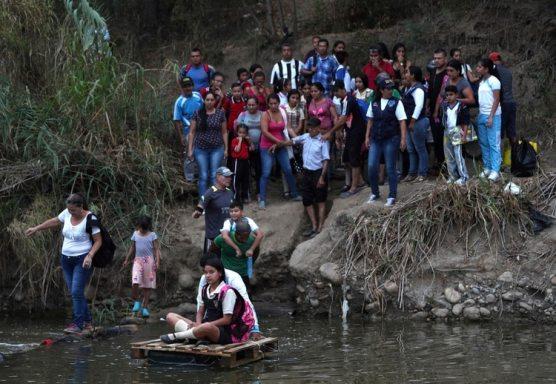 La porosa frontera entre Venezuela y Colombia está plagada de contrabando. Estudiantes y personas que buscan insumos de primera necesidad deben convivir con grupos criminales (AP Foto/Martín Mejía)