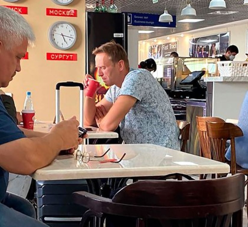 Navalny drinking tea at the Omsk airport, before being poisoned