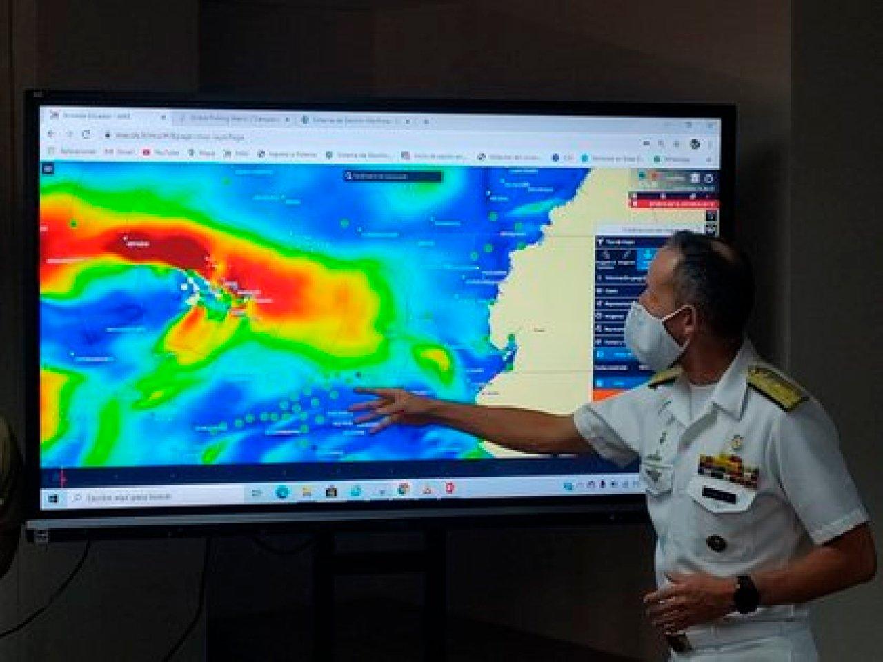 En la imagen, el contralmirante, Daniel Gínez Villacís, Comandante de Operaciones Navales de la Armada, en rueda de prensa este jueves en Quito (Ecuador). EFE/Armada Ecuador