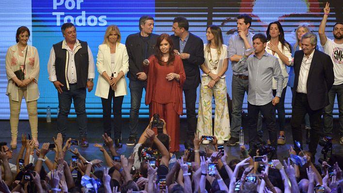 Mirta Tundis y  Cristina Kirchner a pocos metros de distancia en el escenario del búnker del Frente de Todos (Gustavo Gavotti)