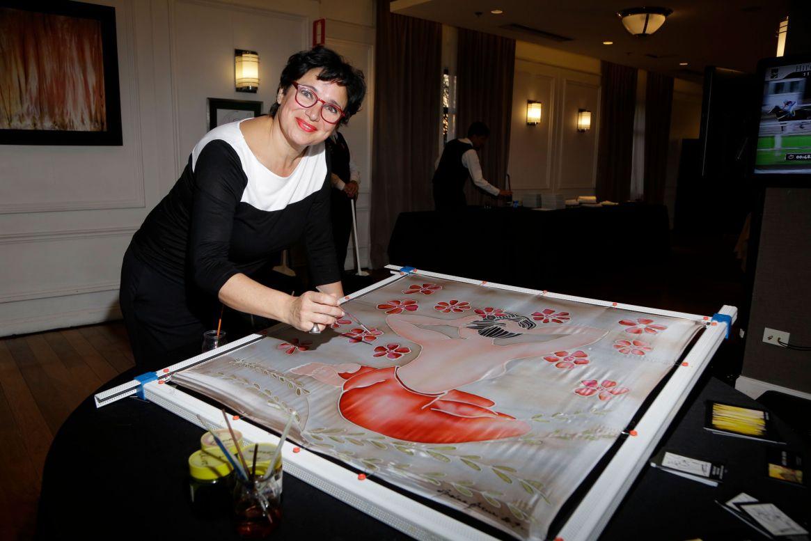 La artista plástica, Andrea Arcuri, colaborando con LALCEC