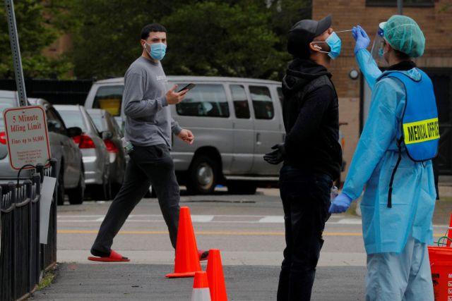 Un hombre es sometido a un test de coronavirus en Boston (Reuters)