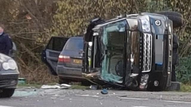 Imágenes muestran el vehículo donde se trasladaba el esposo de la reina, a un lado de la carretera