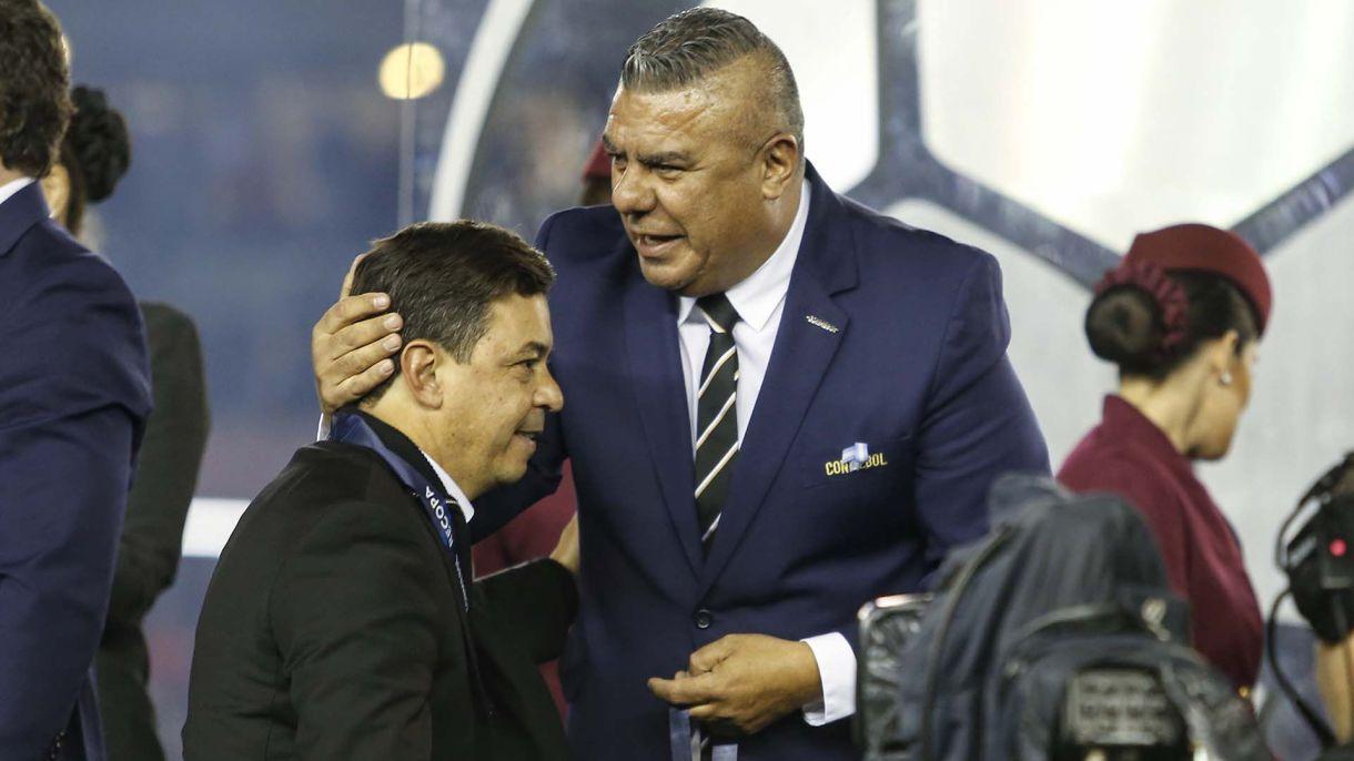 """La felicitación de Claudio """"Chiqui"""" Tapia, presidente de la AFA, a Marcelo Gallardo en la entrega de medallas"""