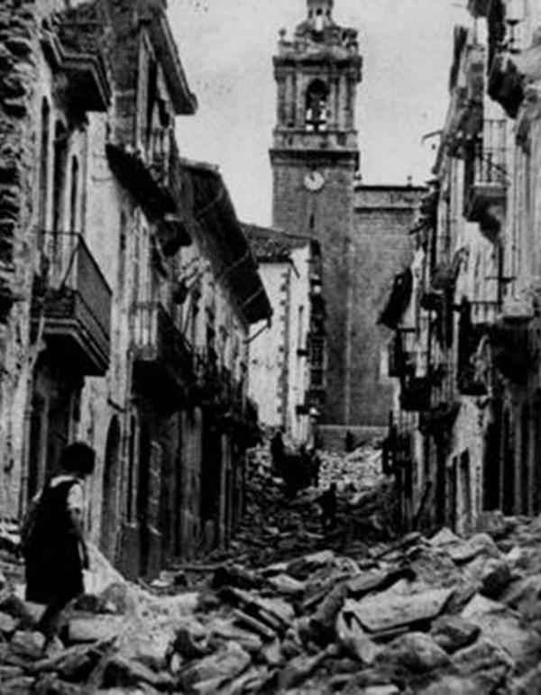 Una niña camina sobre los escombros dejados tras la estela de los Junkers que bombardearon poblados que no participaban de la guerra civil española
