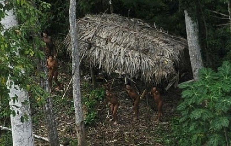 Imagen de archivo de indígenas en Brasil reaccionando a un avión sobrevolando sobre su comunidad en la cuenca del Amazonas cerca del río Xinaneen el estado de Acre, Brasil (Reuters)