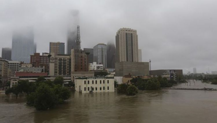 Este lunes continuaba la inundación por las aguas del río Buffalo Bayou tras las intensas lluvias (AP)