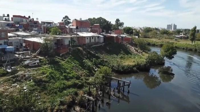 Miles de familias viven en la cuenca del río y sufren las consecuencias de la contaminación.