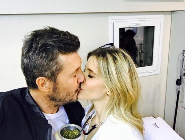 Marcelo Tinelli besándose con su pareja, Guillermina Valdés