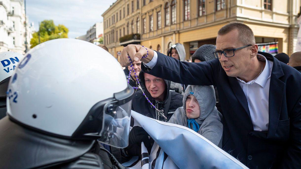 Manifestante de extrema derecha en la marcha del Orgullo Gay en Polonia (Photo by Wojtek RADWANSKI / AFP)