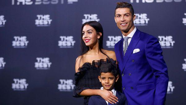 Georgina Rodríguez junto a Cristiano Ronaldo y a su hijo en la gala del Premio The Best (Reuters)