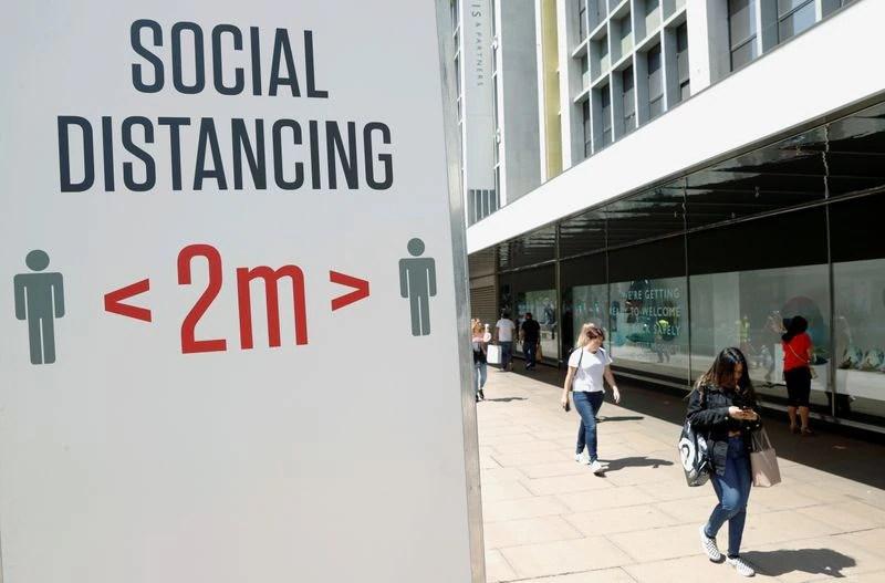 FOTO DE ARCHIVO: Cartel informando sobre distanciamiento social en Oxford Street, en Londres. 22 de junio de 2020. REUTERS/John Sibley