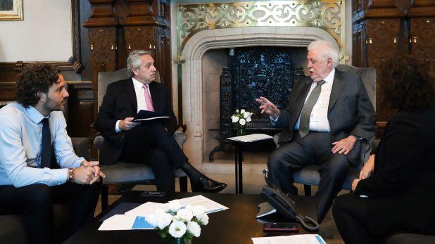 Antes de viajar, el Presidente se reunión con González García para ponerse al tanto del protocolo contra la epidemia. (Prensa Presidencia)
