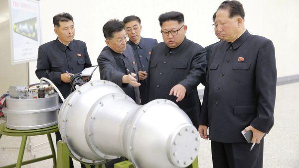 Kim Jong-un inspecciona las bombas de hidrógeno o termonucleares de que desarrolla el régimen.