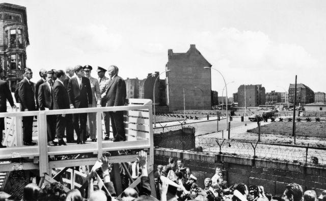 """John F. Kennedy junto al muro antes de pronunciar su histórico discurso """"Yo soy un berlinés"""" el 26 de junio de 1963"""