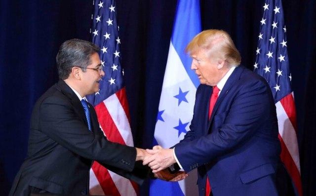 Juan Orlando Hernández y Donald Trump se dieron la mano en New York el 25 de septiembre de 2019 (Reuters)