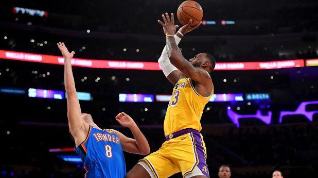 LeBron James se convirtió en el primer basquetbolista en toda la historia de la NBA en conseguir al menos un triple-doble a todos los equipos que disputan la liga (Reuters)
