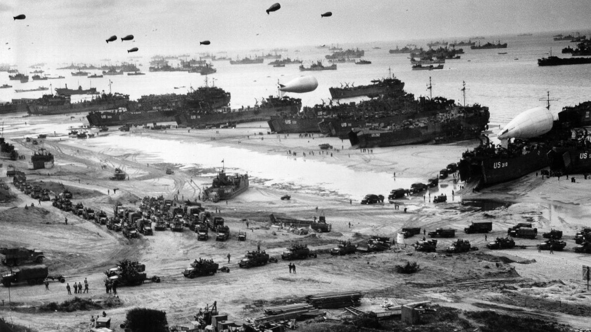 Una imagen contundentesobre el Día D enPlaya Omaha: mercantes en el mar, buques de desembarco en la costa, camiones en la playa y globos de barrera